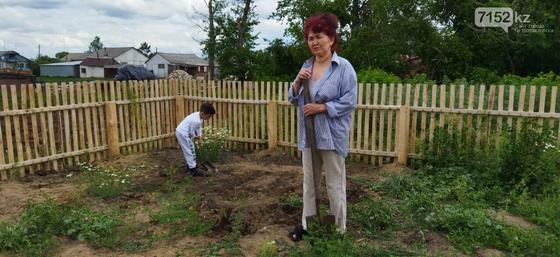Женщина на огороде с ребенком