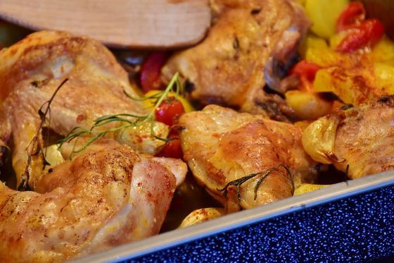 Жареная курица на блюде