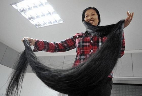 Се Цюпин показывает свои длинные волосы