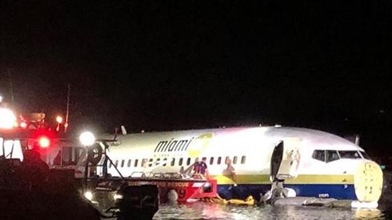 АҚШ-та жолаушылары бар Boeing өзенге құлады (фото)