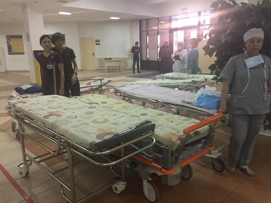 17 пострадавших доставлены в больницу после крушения самолета в Алматы
