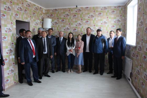 8 молодых семей в Костанайской области получили квартиры ко Дню столицы