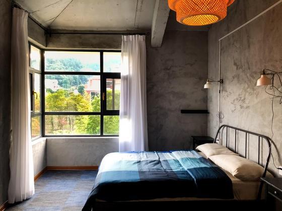 Шторы для спальни: варианты для необычных окон