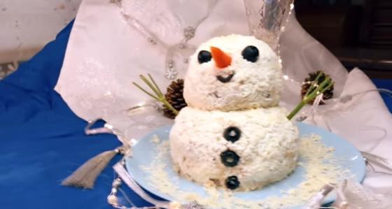 Новогодний салат в виде снеговика
