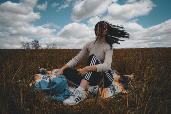 девушка сидит в траве