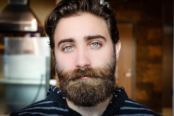 Обаятельный мужчина с бородой