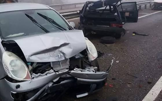 Один человек погиб и пятеро пострадали в массовом ДТП с 20 автомашинами в России (фото, видео)