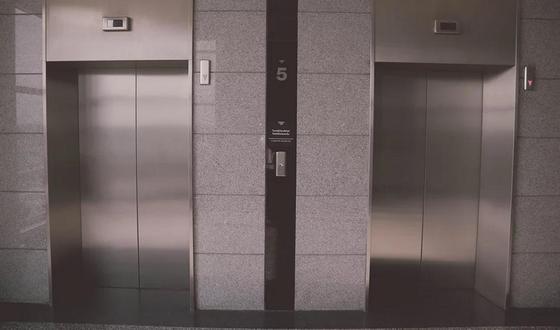 В Москве бригада врачей застряла в лифте, пациентка умерла. При чем тут реновация?