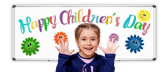 Девочка на фоне поздравления с Днем защиты детей