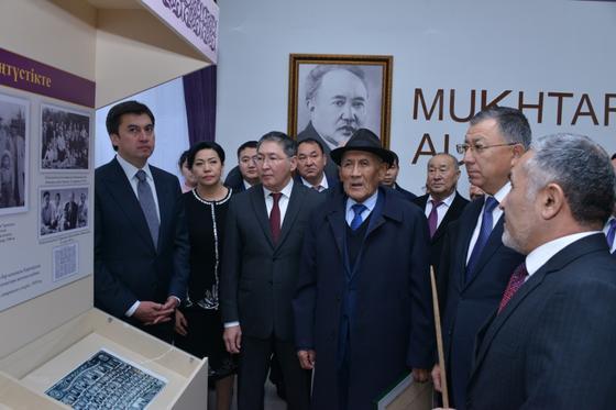 Шымкентте университеттің 75 жылдығына орай М.Әуезовтің ескерткіші ашылды