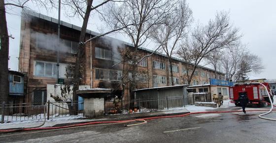Пожар в здании в Алматы