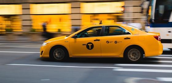 Таксист довез иностранца за 15 тыс. тенге и дал фальшивый чек в Алматы