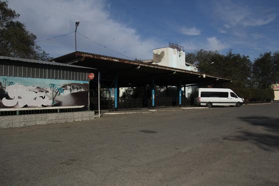 Микроавтобус стоит у автовокзала