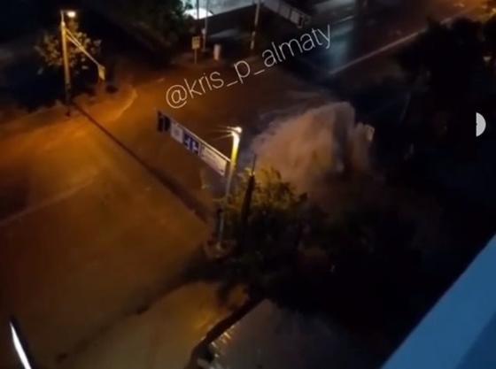 Владельцам машин, поврежденных фонтаном воды в Алматы, возместят ущерб