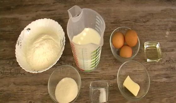Мука, молоко, сливочное масло, яйца, соль, сахар и растительное масло для жарки