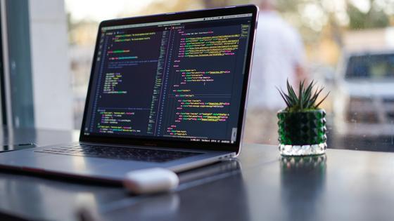 Код на экране ноутбука