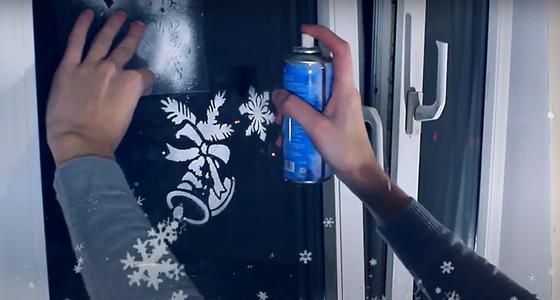 Рисунки на окнах с использованием трафарета и искусственного снега