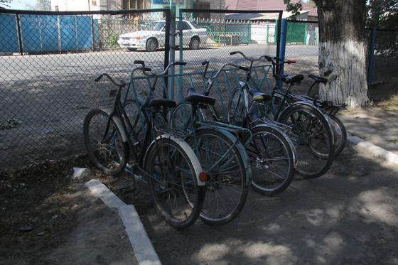 Велосипеды стоят на стоянке