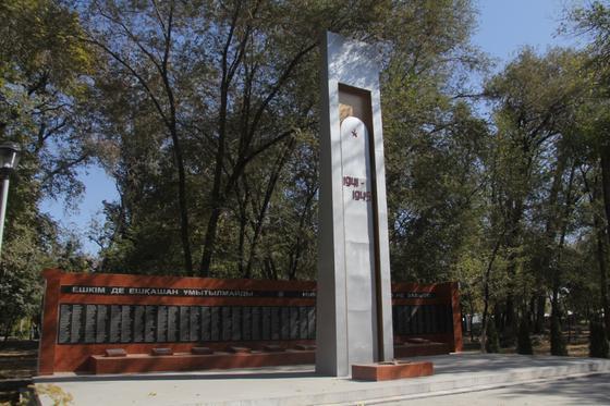 Обелиск ВОВ стоит в парке