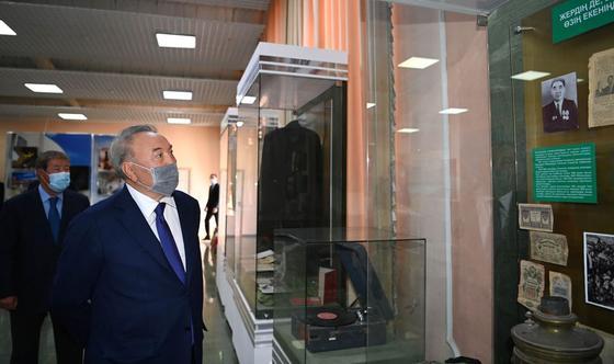Нурсултан Назарбаев во время визита в Жамбылскую область