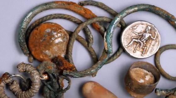 Cтаринные украшения из меди и бронзы, монеты с изображениями древних правителей