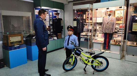 Мальчик надел костюм полицейского на утренник и получил подарок от МВД РК (фото, видео)
