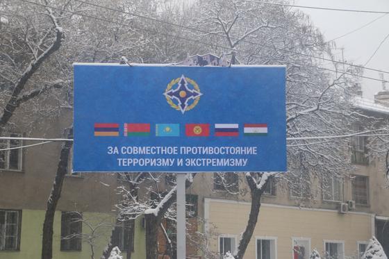 Сутки до визита Токаева: что происходит на площади Бишкека