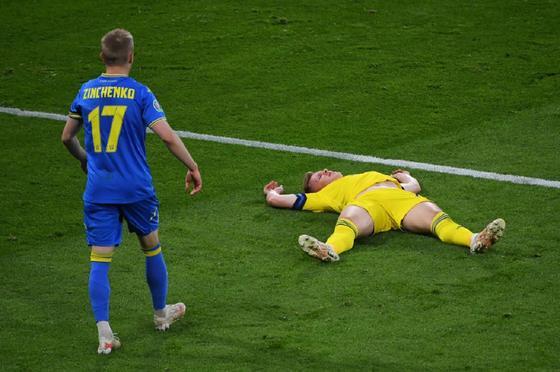 """Зинченко попал мячом в голову сопернику и """"выключил"""" его"""