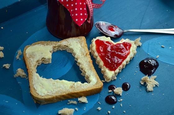 Варенье, намазанное на хлеб
