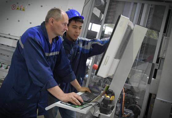 Рабочие у оборудования