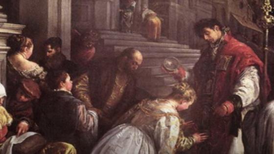 Люди в пышных одеждах целуют мантию священника, который поднял руку над головой женщины