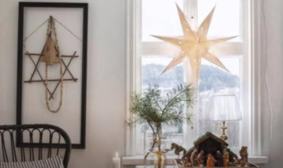 Окно, украшенное звездой из бумаги, к Новому году
