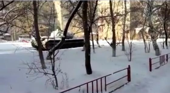Танк припарковали во дворе многоэтажек в Темиртау (фото)