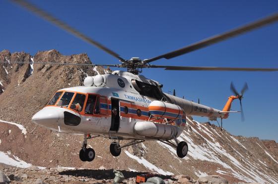 вертолет летит в горах