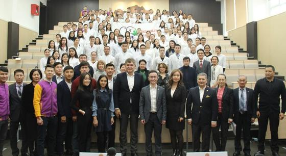 Елжан Биртанов обратился к студентам КазНМУ: Мы все волонтеры