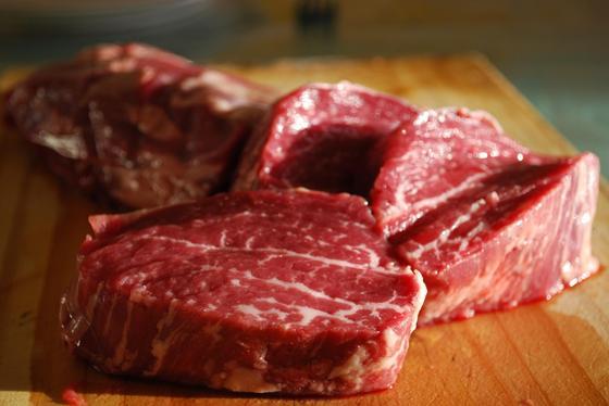 сырое мясо на доске