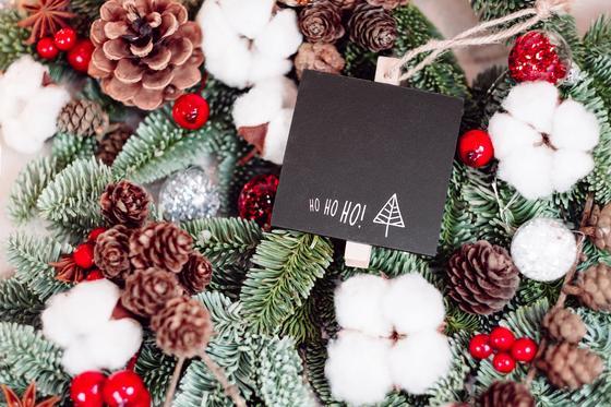 новогодняя открытка на елочных ветвях и шишках