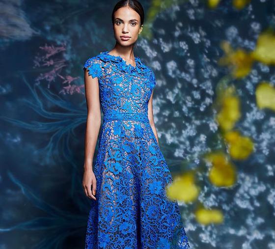Кружевное платье синего цвета на модели