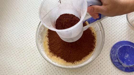 Добавление просеянного какао-порошка