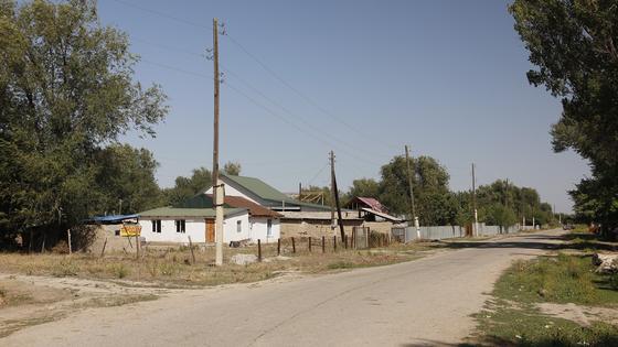 Дом стоит в конце улицы