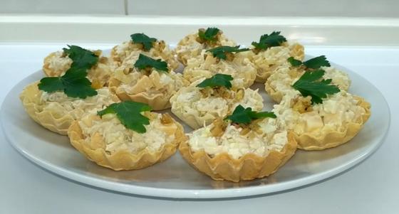 Тарталетки с курицей и ананасами на тарелке