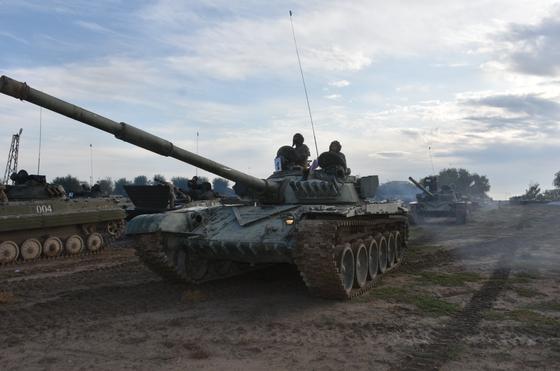 Курсанты-выпускники совершили марш на 100 км на боевых машинах пехоты и танках