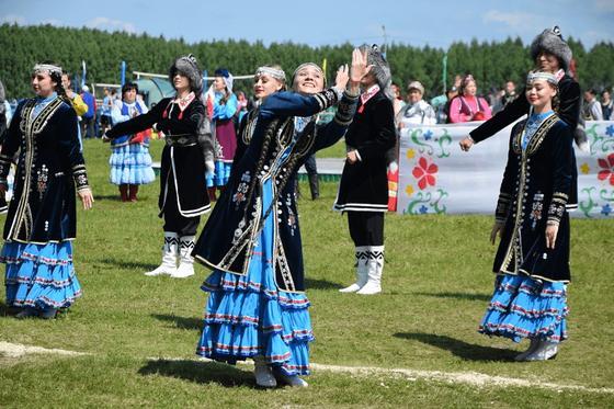 Девушки исполняют национальный танец