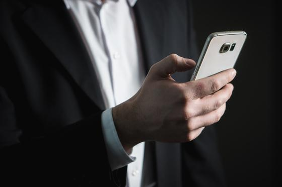 Когда госслужащие вновь смогут проносить смартфоны на работу