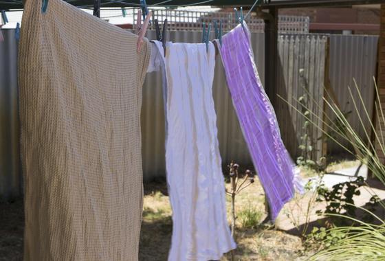 Кухонные полотенца сушатся на улице