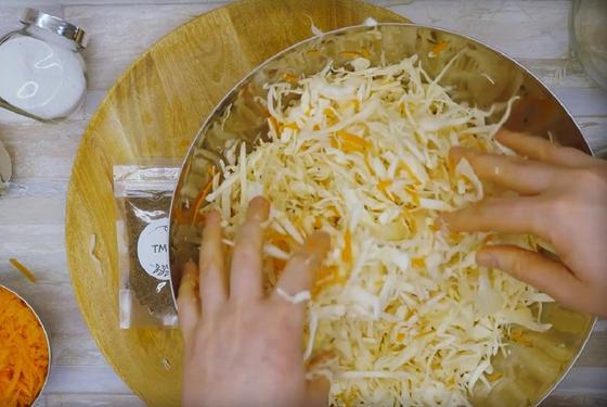 Перетирание капусты с солью