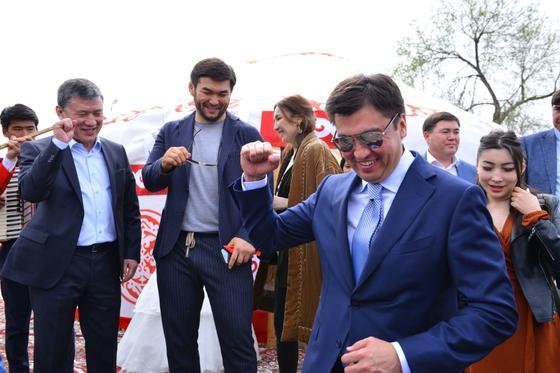 Аким Шымкента запретил отталкивать от него людей во время празднования Наурыза (фото)
