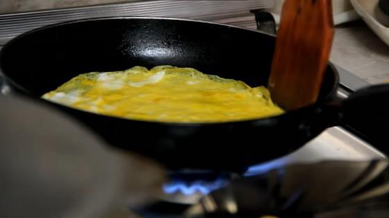 Яичный блинчик в сковороде