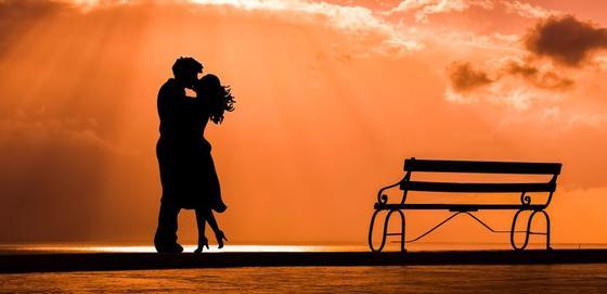 Влюбленная пара на фоне неба