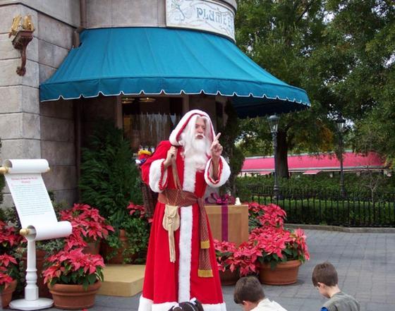 Французский Дед Мороз Пер-Ноэль в красном халате